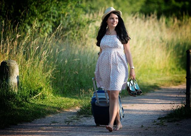 Frau auf dem Weg in den Urlaub mit neuer Kleidung